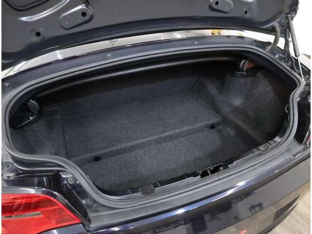 通常のトランク容量は200 リッター。バリアブル・ソフトトップ・ボックスを折りたたんだ際は220 リッターに増加します。