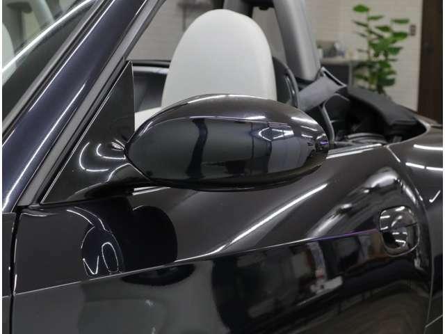 限定車「リミテッド・エディション」のドアミラーベースは光沢ブラック仕様です。