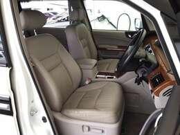 運転席は本革パワーシート仕様なので、快適にドライブができます。ハンドルはチルトステアリングで、ハンドル位置を上下に調節できます。