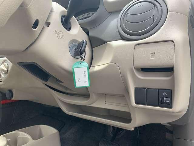 キーレスKEY付きのお車です。 近年支流のスマートKEYやプッシュボタン式スタートではなく、鍵を刺して回すタイプですが、慣れてしまえば一番しっくり来るはずです! 鍵を刺すタイプがお好きな方、集まれー!