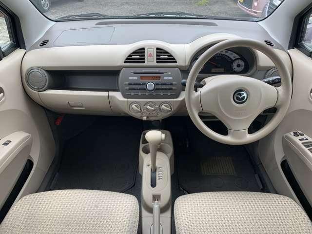 内装も中古車ですのでうす汚れ擦れ使用感はありますし、運転席に若干程度のへたりなどもありますが、特に目立つ汚れやしみなど大きなダメージは感じず、中古車として年式距離を考えれば私は比較的良好と感じました。