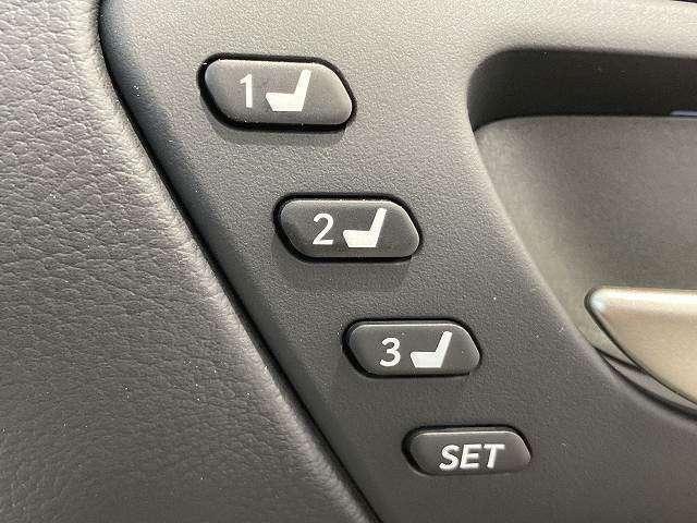 【運転席ポジションメモリー付パワーシート】ワンタッチで記憶させていたシートの前後・リクライニングはもちろん、シートリフターも備えます☆快適なドライブをお楽しみ下さい♪