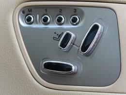 【メモリー機能付フルパワーシート】ドライバー三名までのシートポジションを記憶するメモリー機能付きのフルパワーシートを装備します。ご家族でのご使用をお考えの方にもぜひおすすめさせていただきます。