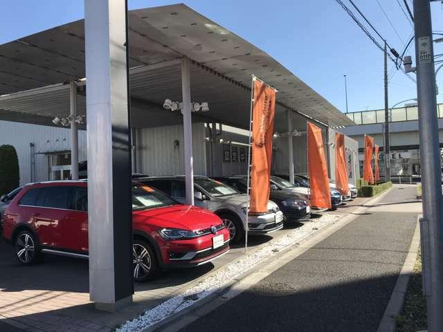 認定中古車の展示場は町田街道沿いに間口を大きくとって展示しています。こちらに20台以上。ストックヤードにも20台ほど ご用意しております。