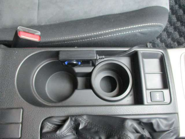 ドライブの際に欠かせないドリンクホルダーもセンターコンソールに装備しています!