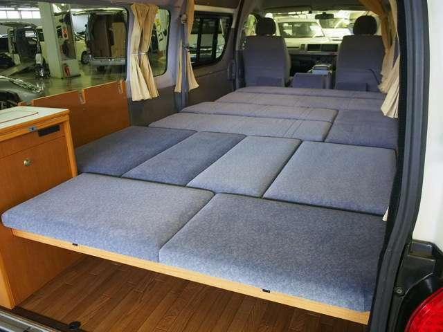 後席を一面にベッド展開する事も可能です!
