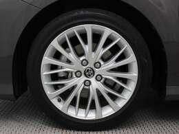 18インチアルミホイール(切削光輝+シルバー塗装/センターオーナメント付)装着。タイヤサイズ235/45R18