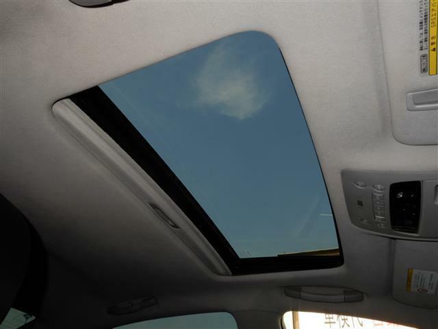 サンルーフ付いてます。天気の良い日は開けて雰囲気の違うドライブが楽しめますよ♪