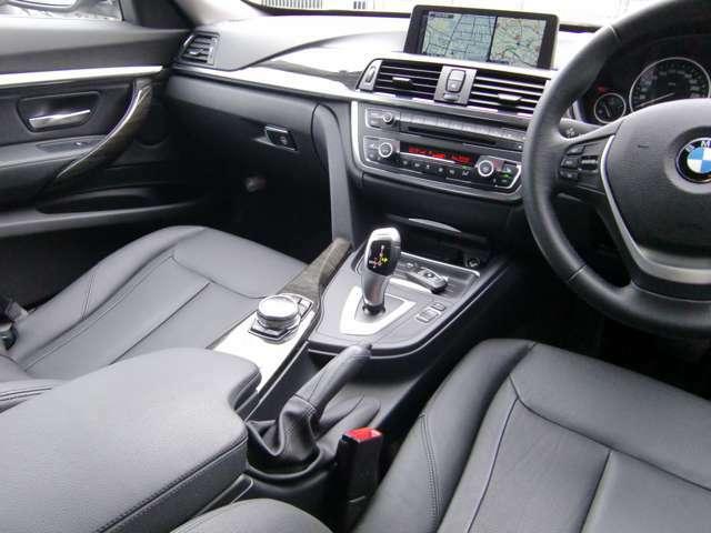 オーディオやナビを直感操作で行う、「i-ドライブ」、さらに進化してタッチパットが装備されております!肘掛のコントローラーが使いやすい!ついクルクル廻してみたくなる?!(^^;