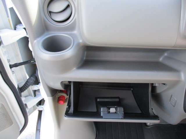 大容量のグローブボックスです。車検証などが収納できます。