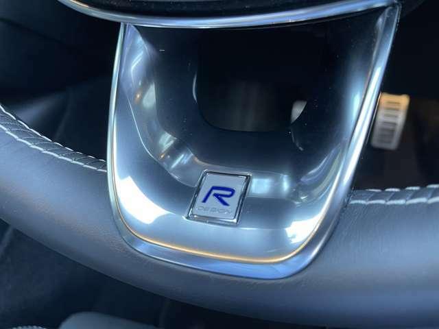 R-Design専用のロゴがハンドル内に刻印されています。