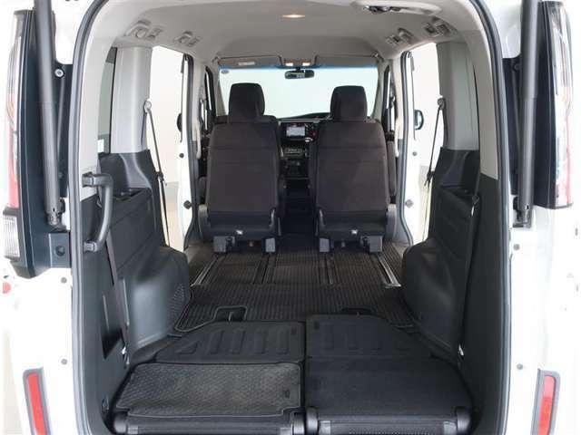 リヤシートを倒せば更に広いスペース生まれます♪大きい荷物も載せられますね♪