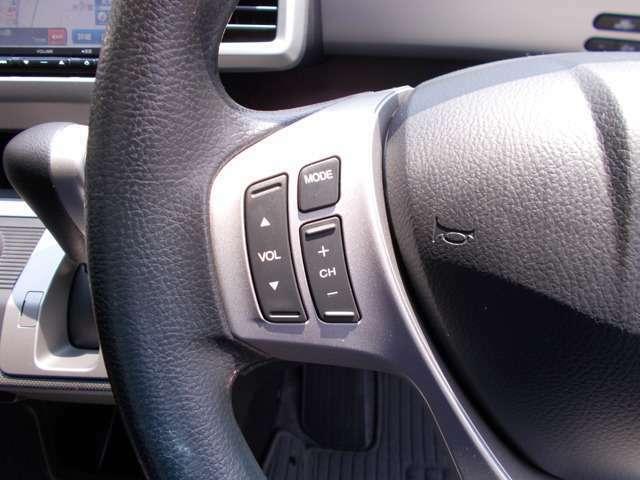 ステアリングにはオーディオコントロールスイッチが付いていますからステアリングから手を離さずにオーディオ操作ができます。