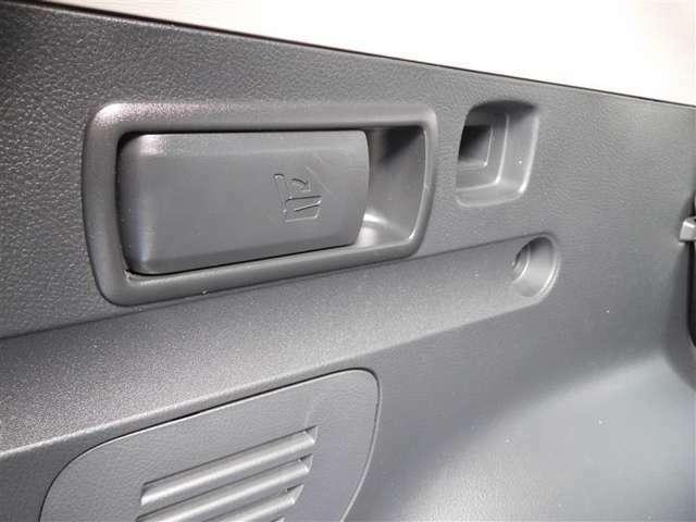 ラッゲージルームから荷物を積み込む際などに、デッキサイドトリムレバーによって、後席をワンタッチでフルフラット状態にできます♪