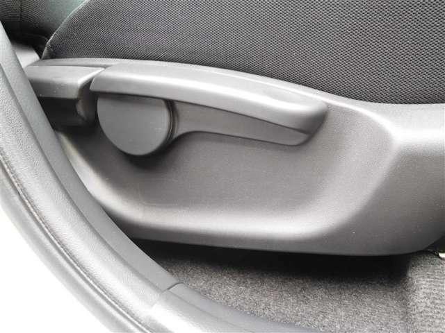 シートの高さを調節できるレバー付です。自分好みのドライビングポジションに調整できます!!