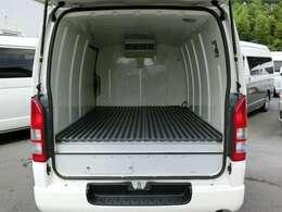 2015年6月登録/型式:CBF-TRH200V/8ナンバー(冷蔵冷凍車)/1年車検/2WD/2000cc/ガソリン車/3人乗り/ワンオーナー★荷室の床面には、樹脂製のスノコが装備されています。