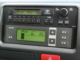 デンソー冷凍機(CGA318)が装備されています。設定温度は、【3℃~35℃】まで可能です。入庫時の動作確認では、最低温度が【2.5℃】まで表示されました。適正温度域は【5℃~20℃】です。