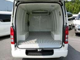 2016年7月登録/型式:CBF-TRH200V/8ナンバー(冷蔵冷凍車)/1年車検/2WD/2000cc/ガソリン車/3人乗り/▼荷室の床面には、樹脂製のスノコが装備されています。