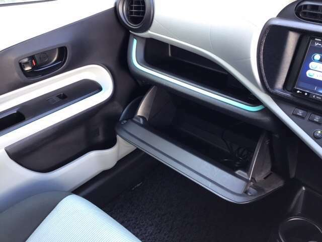 グローブボックスの中に車検証などを入れることができます