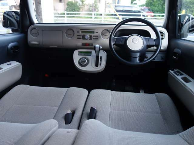 シンプルでありながら機能的にデザインされたインテリアです。 (1オーナ様で禁煙のお車は静岡県内でのご使用歴で御座います)