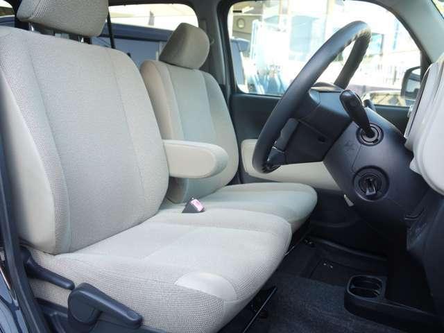 (運転席)シートの高さ調整をする事で心地よく安定した運転姿勢をとる事が出来ます。