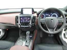 日本を代表する自動車「クラウン」は高級感がありスポーティな雰囲気も加わった内装です。乗られる方を魅了する室内です