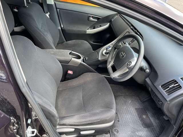 運転席も広いですよ♪シンプルな色使いで飽きの来ないスッキリとしたデザインがいいですね♪