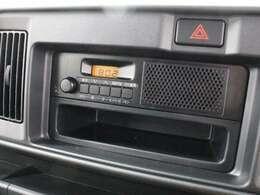 1DINタイプのFM/AMラジオデッキ装備で、下部のスペースも小物入れとして有効活用できます。
