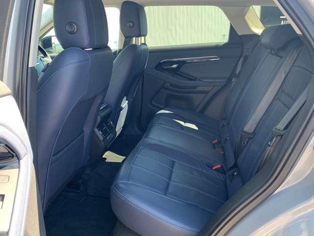 広さと美しさを兼ね備えた3人乗り仕様の後部座席は、高い安定性に優れています。