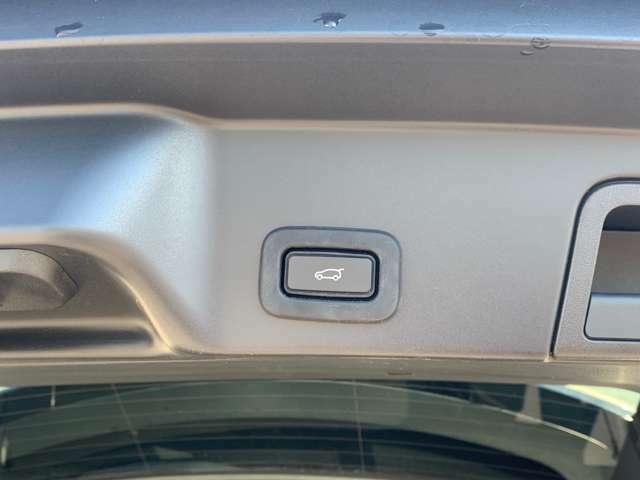 トランクの開閉がらくらく行えるパワーテールゲート。ボタンひとつで操作可能なため、荷物の出し入れがしやすく便利な機能です。