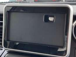 メーカーオプションの全方位モニター用カメラパッケージ装着車には、車の前後左右4ヶ所にカメラを設置。対応ナビゲーションを装着すれば、車を真上から見たような俯瞰の映像などをモニターに映し出します。