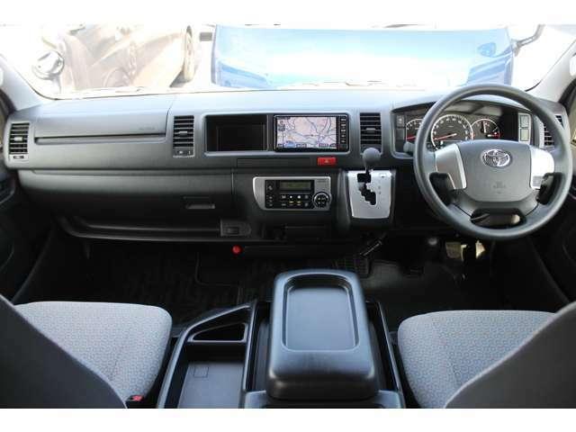 6速AT/Wエアバッグ/ABS/VSC/プッシュスタート/スマートキー/イモビライザー/フロントオートエアコン/リヤクーラー/リヤヒーター/純正ビルトインETC/純正フロアマットが装備されています。