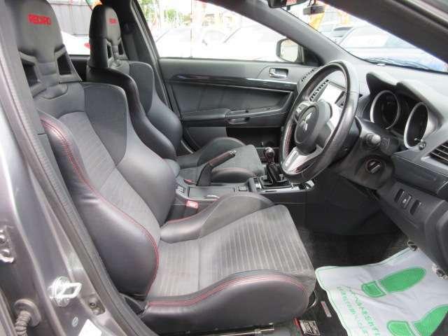専用インテリア&専用スポーツシート付♪ 専用レカロシート付で、ホールド性も高く、スポーツ走行も楽しむことができます♪ 質感の良いシートになりますので、長距離運転でも安心ですね♪