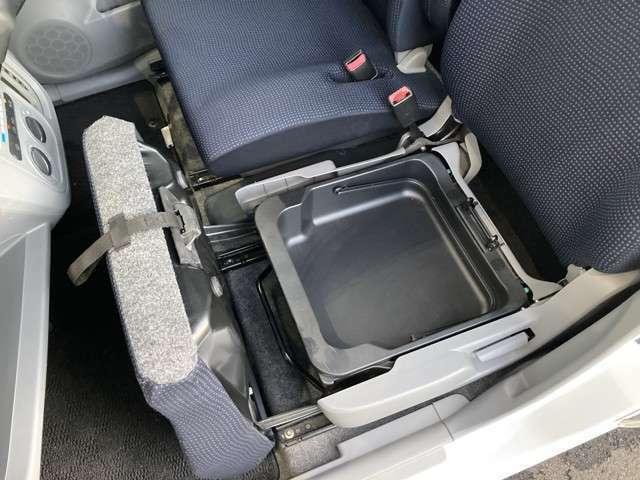 助手席シートアンダーボックスがあるので収納に困らないです!