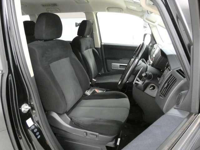 運転席はパワーシートで調節が楽にできますよ★