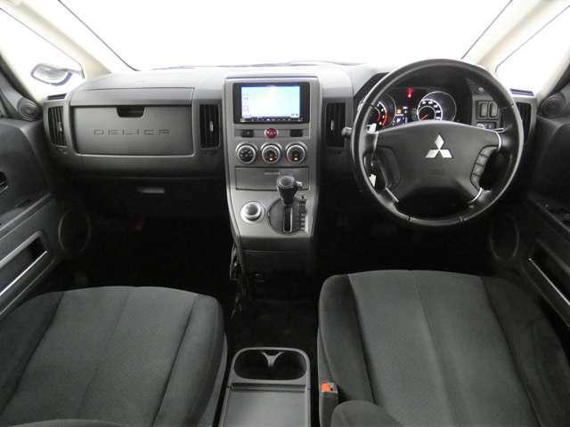 車内はインパネシフトを使用し天井が高いためゆったりと乗車することが可能です♪