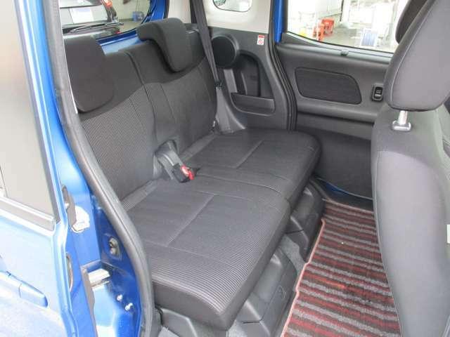 リヤシートは足が組める程、余裕の広さです。