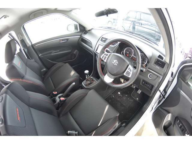 運転席シートリフター&チルトステアリングで、自分サイズにあわせてドライビングポジションが調整できます