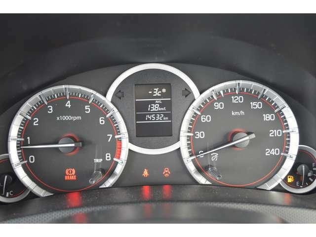 スポーティーなメーターと、運転操作を視覚化して表示するマルチインフォメーションディスプレイで