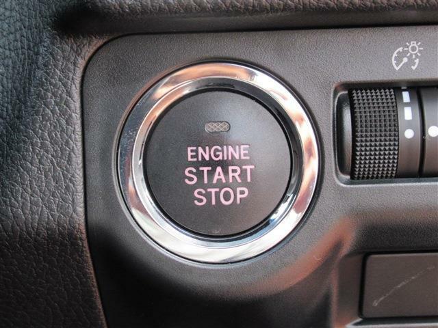 鍵を取り出さなくても、エンジンのスタート&ストップができるプッシュボタン付き!