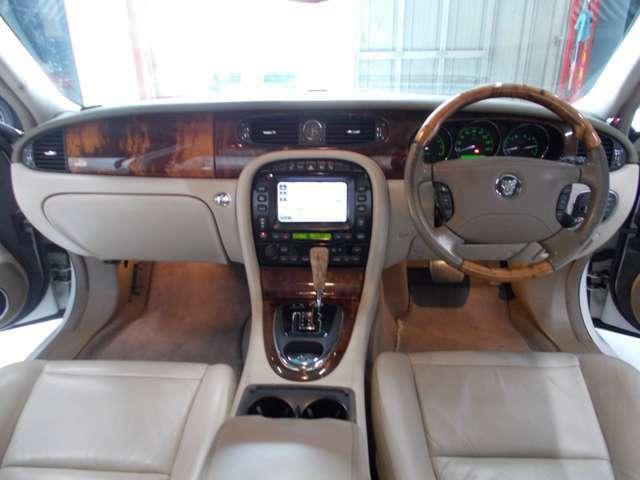 キセノンヘッドライト OZ18インチ 前後コーナーセンサー オフホワイト革内装 電動シート シートヒーター クルーズコントロール 純正ナビ ステアリンスイッチ ETC