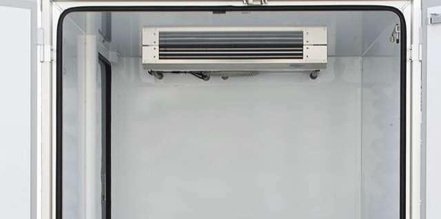 ワンタッチ式片側スライドドア 断熱:オール50mm(床のみ65mm) ボデー標準装備:90℃ストッパー(右側1箇所)、LED庫内ランプ、ハイマウントストップランプ、樹脂製スノコ、水抜き穴(前側1箇所)