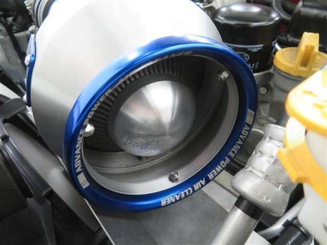 BLITZエアクリーナー。高い吸気効率と耐熱性を持つエンジンパーツ。ブルー・メタリックのカラーリングもスタイリッシュです。