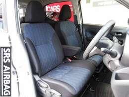 フロントシートはベンチタイプで、座面が大きく、背もたれもしっかりと身体を支得てくれます。座面ハイトアジャスターとチルトステアリングによりポジションを調整できる。左右ドアガラスは99%紫外線カット。