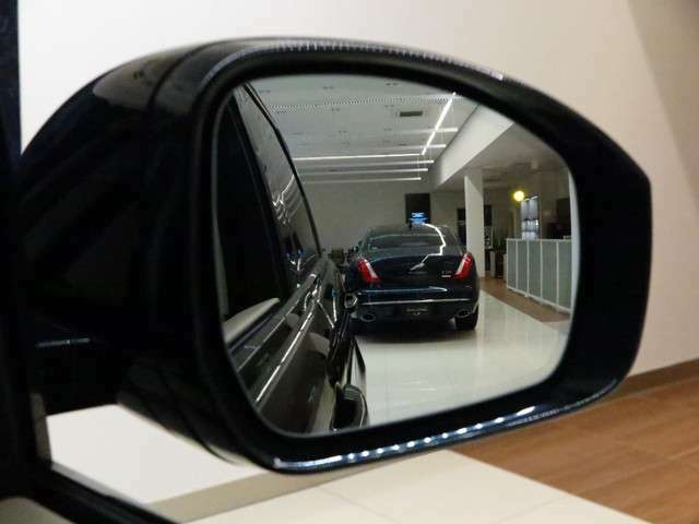 ブラインドスポットモニター。車線変更時に目視できない車を検知すると、検知した側のミラーに警告ライトが点灯。更にステアリングを制御し、アシストしてくれます。