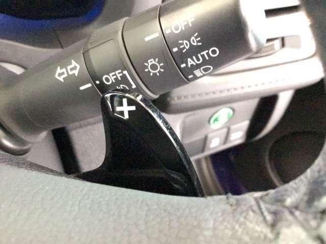 オートライトコントロール付きです。車外の明るさをセンサーが感知し、スモールライトとヘッドライトのON/OFFが自動的に作動します。