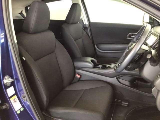 広い足元にゆったり座れるシートには肘掛も装備しており長距離の運転でも疲れにくくなってます。女性でも運転がしやすいように、シートの高さ調整機能がついています。