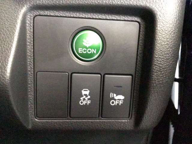 ハンドルの右側にはVSA(ABS+TCS+横滑り抑制)の解除スイッチがついています。燃費に役立つECONボタンもここです。