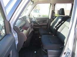 前後席間の縦移動、運転席・助手席の横移動など、車内の行き来がスムーズに出来るスペースがあります♪
