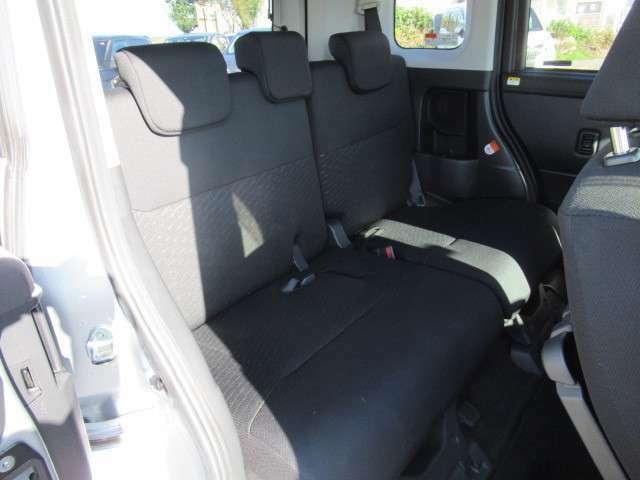 リヤシートを前方にダイブイン格納させると、大きな物や丈の長い荷物を積載できます☆リヤシートは70度リクライニングが可能です♪